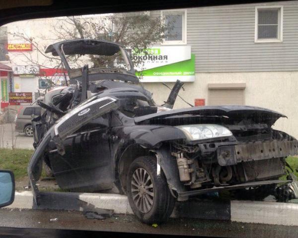 ВНовороссийске иностранная машина врезалась встолб, шофёр умер