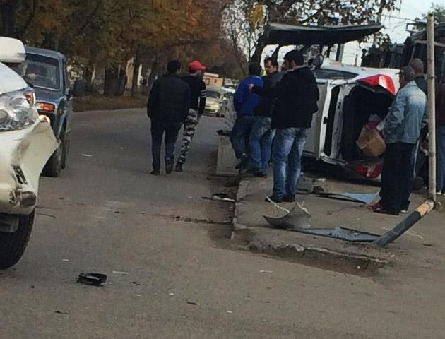 ВКраснодаре после ДТП иностранная машина перевернулась натрамвайной остановке