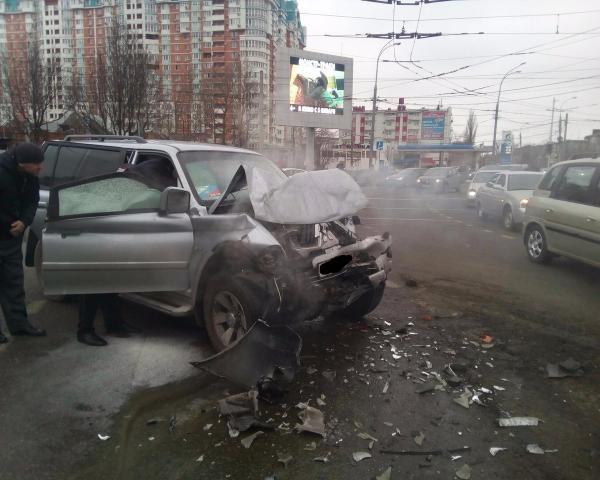 ВКраснодаре вседорожный автомобиль наскорости влетел втроллейбус
